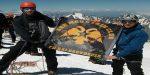 Ανατριχιαστικό: Στην κορυφή του Όρους Καζμπέκ, ο δικέφαλος αετός!