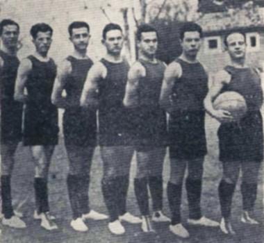 Η ομάδα της ΑΕΚ, πρωταθλήτρια Αθηνών 1928. Πρώτος δεξιά ο συνιδρυτής και αρχηγός Κώστας Δημόπουλος. Πίσω του ο Ευμένης Αθανασιάδης, αθλητής στίβου και μπάσκετ.